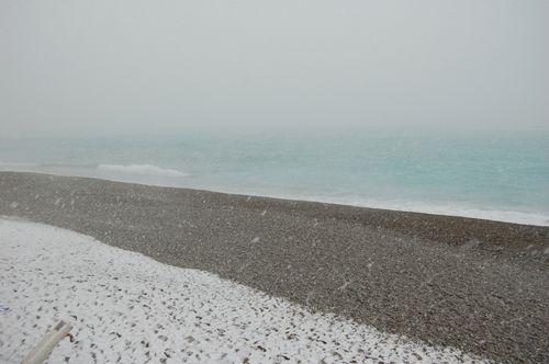 spiaggia innevata