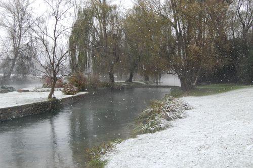 la neve sul fiume