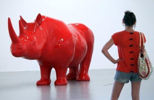 362994_une-femme-regarde-l-oeuvre-de-xavier-veilhan-le-rhinoceros-lors-de-l-exposition-extra-large-a-monaco-le-13-juillet-2012
